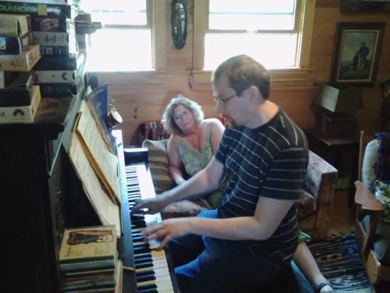 Bucksport, Мэн: There was a piano in the main house. Hubby happy about that.