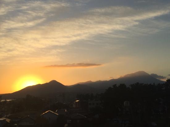 Kaike Tsuruya : 部屋から見る大山の朝焼け