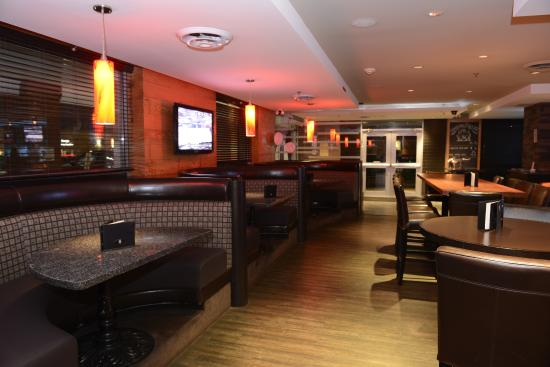 Holiday Inn Hotel & Suites Surrey East - Cloverdale: Charcoal and Woods Sports Bar