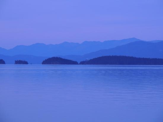 Americas Best Value Port Polson Inn: Flathead Lake from our room at dusk.