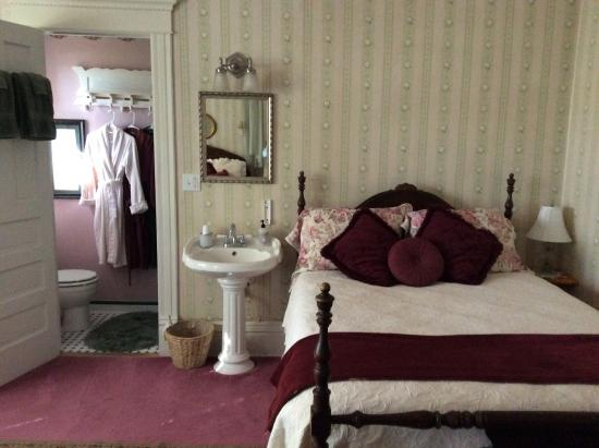 Viroqua Heritage Inn: The queen bed and the bathroom in our room