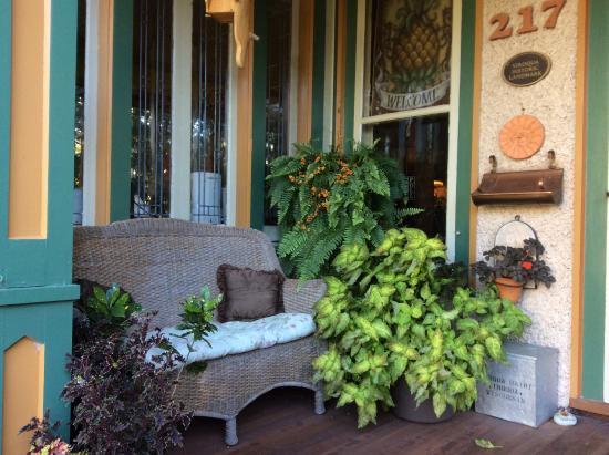 Viroqua Heritage Inn: The front porch