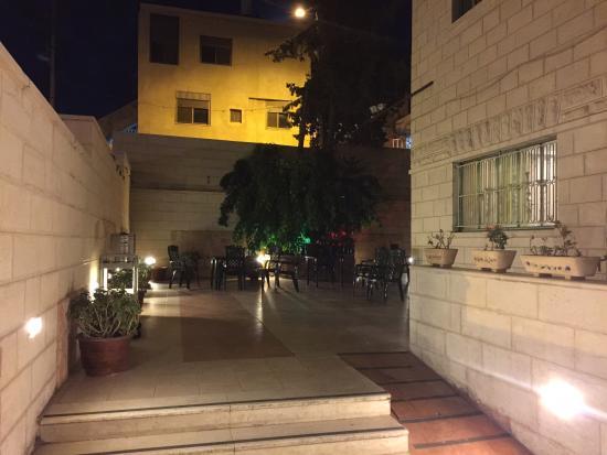 Commodore Hotel Jerusalem: hotel's small courtyard