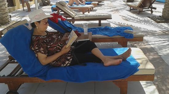Hilton Ras Al Khaimah Resort & Spa: Relaxing by the pool.