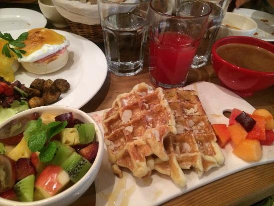 Le Pain Quotidien: waffle set with fruit salad