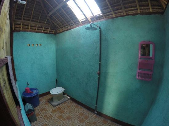 Sunset Cottages: Clean bathroom with shower and western toilet
