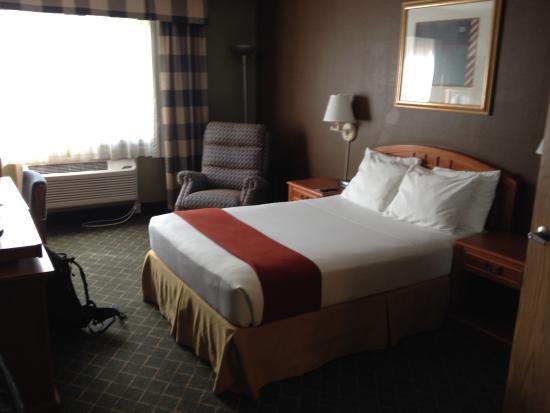 GuestHouse Inn & Suites Poulsbo: Bett und Sessel