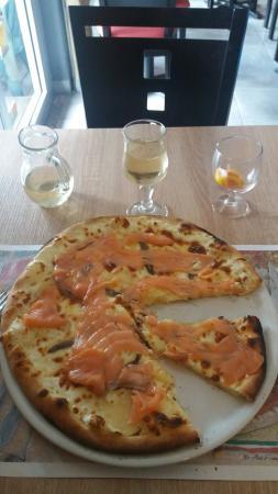 Le Lardin-Saint-Lazare, France: Pizza perso:saumon, pommes de terre,anchois