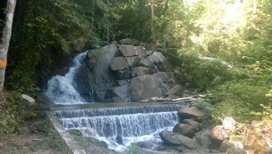 Kathu Waterfall: один из нижних порогов водопада