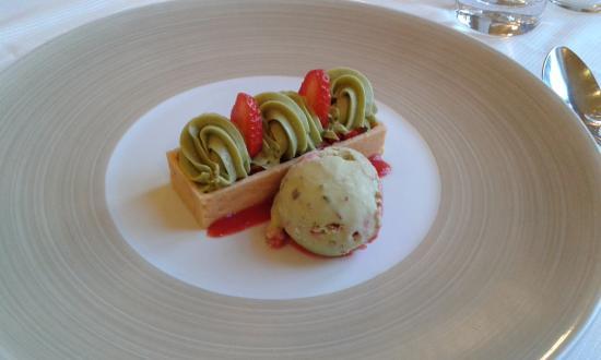 Hostellerie d'Heloise : Dessert à la fraise et à la pistache