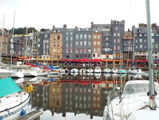 Le Vieux Bassin : reflections in the water