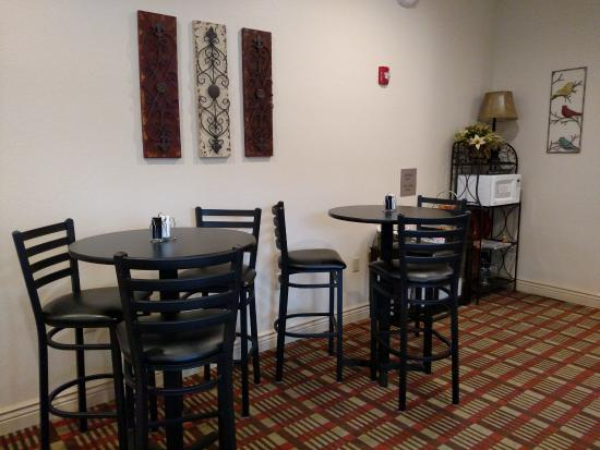 Lake Cove Hotel: Lake Cove's morning breakfast nook. We serve a continental breakfast daily 5am-9am.