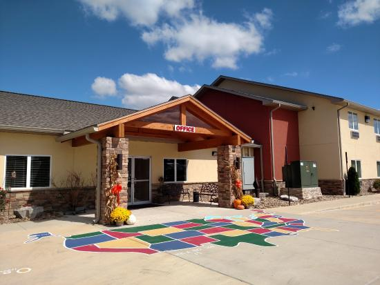 Lake Cove Hotel: Stay with us at Lake Cove while in the Rend Lake area! Just off I-57 at Exit 77.