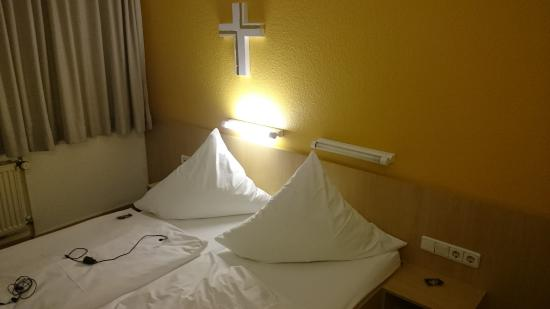 mainhaus Stadthotel: Bed: small and totally unlogical and inconvenient reading light