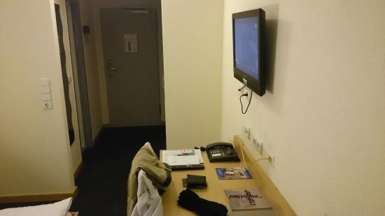 mainhaus Stadthotel: The one attraction in the room: the television