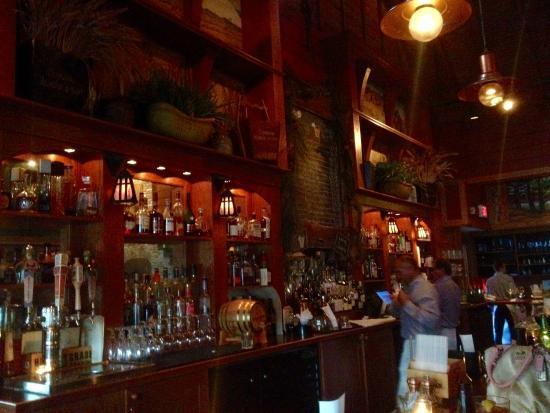TABOR ROAD Tavern: Met een reusachtige bar
