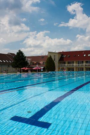 Komarom, Ungarn: Pool side