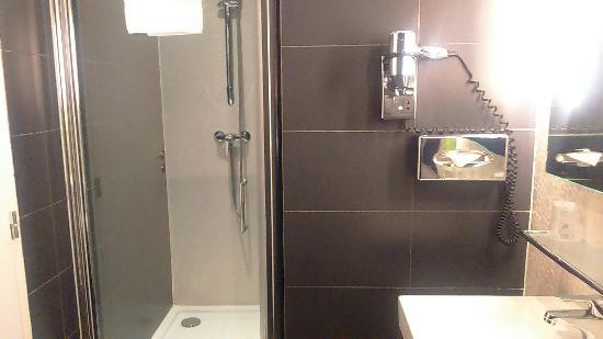 Comfort Hotel Centre Del Mon: Photos de la chambre et salle de bain