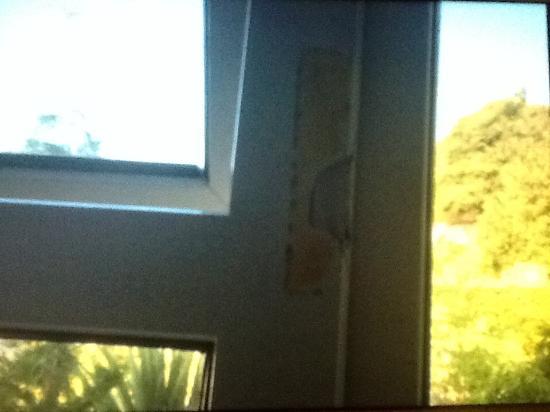Olanda Guest House: Damaged window