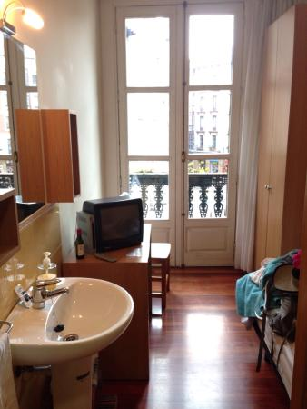 Roquefer: I adored my little room in this clean pension with gracious hosts Felix and his wife. Great valu