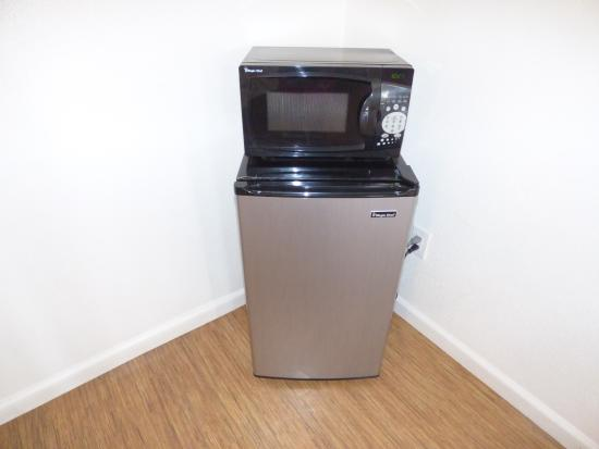 Motel 6 Manteca: fridge and microwave in the room