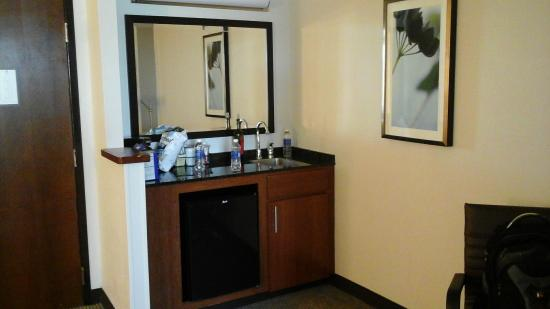 Hyatt Place Greensboro: Little wet bar area