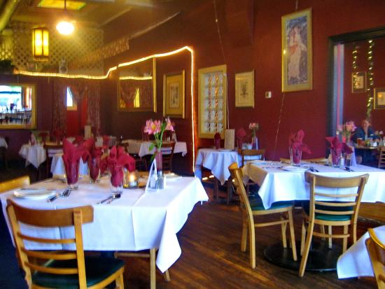 Diane's Restaurant & Bakery: Attractive dining room