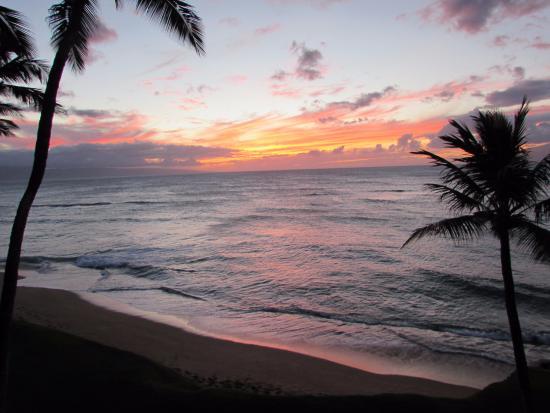 Hale Mahina Beach Resort: Sunset from our balcony