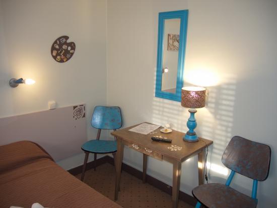Hotel des Arts, Laon: room with desk