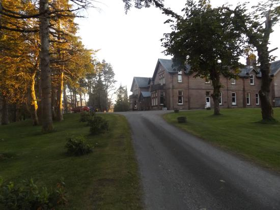 Achnasheen, UK: Driveway to Ledgowan Lodge Hotel