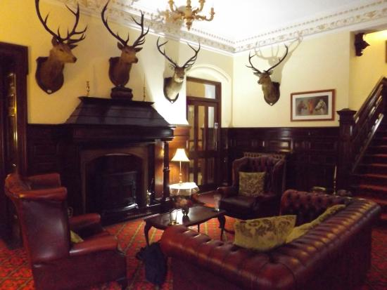 Achnasheen, UK: One side of entrance/reception area Ledgowan Lodge Hotel