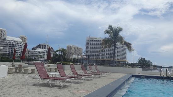 Four Ambassadors Suites Hotel: Piscina