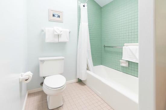 Del Mar, CA: Studio Suite - Bathroom