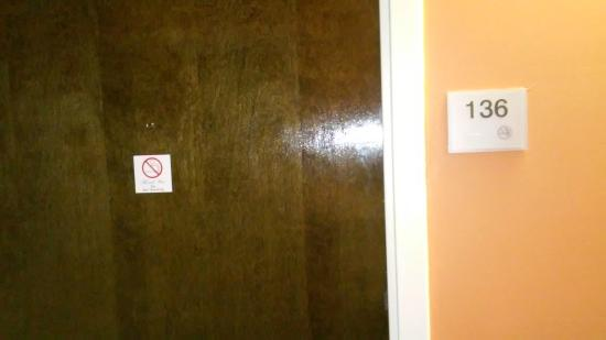 Days Inn Raleigh-Airport-Research Triangle Park: Door to room
