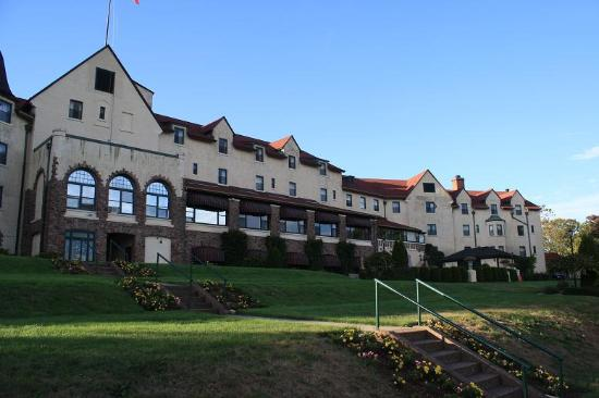Digby Pines Golf Resort & Spa: Front of the hotel