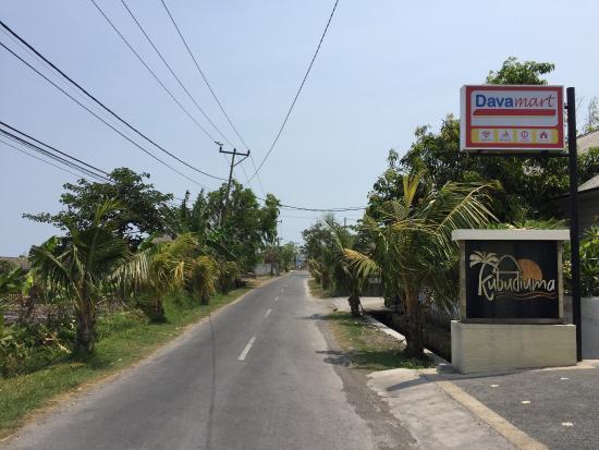 Kubu Diuma Villa: The road to the beach