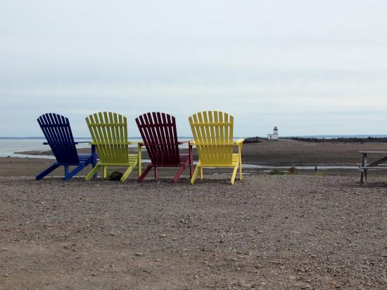Harbour View Market & Restaurant: The giant adirondack chairs were fun and look out over the Bay of Fundy and a Light House.