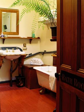 Braemar on Parliament Street B&B Auckland: The house's original big bathroom