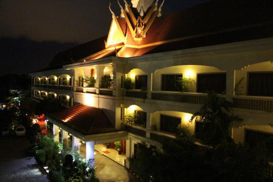 Lin Ratanak Angkor Hotel: Hotel at night