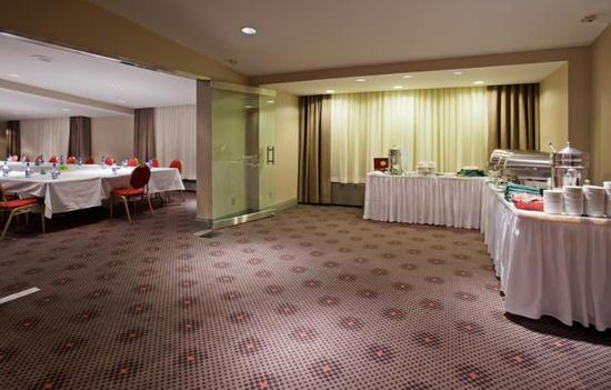 Holiday Inn Toronto Airport East: Meeting Space with Natural Lighting
