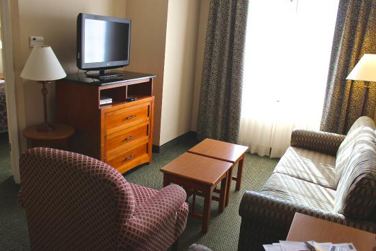 Staybridge Suites Grand Rapids/Kentwood: Living Space with Sleeper Sofa