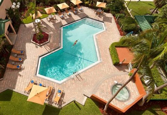 Courtyard by Marriott Fort Lauderdale East: Outdoor Pool