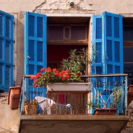 ‪يافا, إسرائيل: Blue windows home in jaffa‬