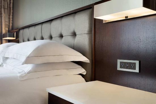 Hilton Philadelphia City Avenue: Non Allergenic Feather Pillow