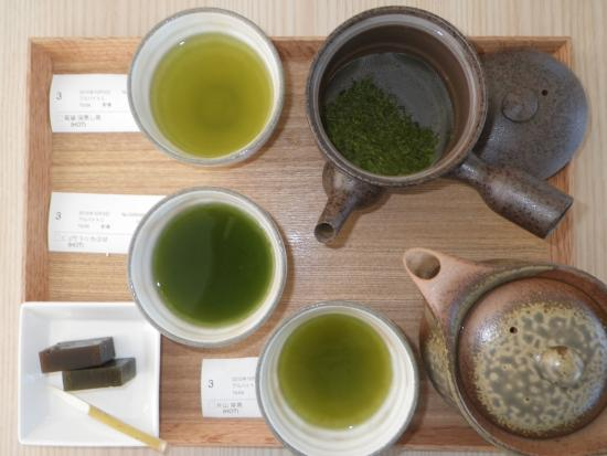 Kikugawa, Jepang: 緑茶セット、3セット分のお茶を乗せて、色の違いを比較。