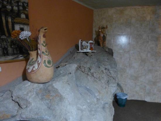 Hotel Kunturwassi Colca: Quarto - rocha