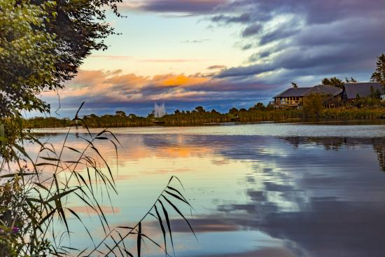 Forbes of Kingennie Country Resort: View over fishing pond towards Waterside Restaurant