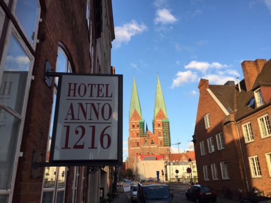 Hotel Anno 1216: Vor dem Hoteleingang