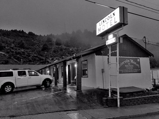 Lincoln Motel : Rainy night in Austiin