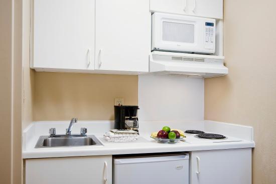 Crossland Economy Studios - Detroit - Livonia: Fully-Equipped Kitchens